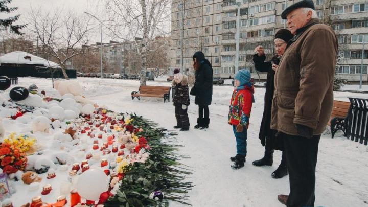 Люди идут и идут: тюменцы завалили памятник маме цветами и игрушками в память о жертвах пожара в Кемерово