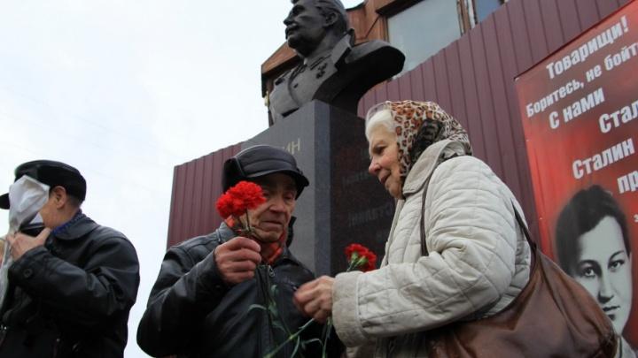 100-летие Октября в Архангельске встретили возложением цветов