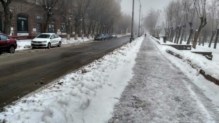 Волгоградцы тонут в снежной каше на тротуарах