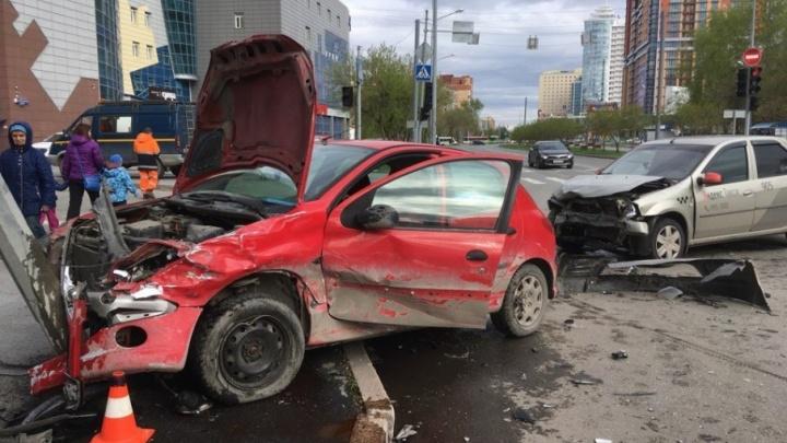В ДТП на Осипенко пострадал водитель иномарки, столкнувшейся с такси