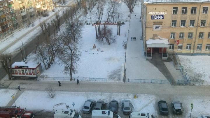 «Распылила духи на весь класс»: в школу №19 в Закамске вызвали МЧС и несколько бригад скорой помощи
