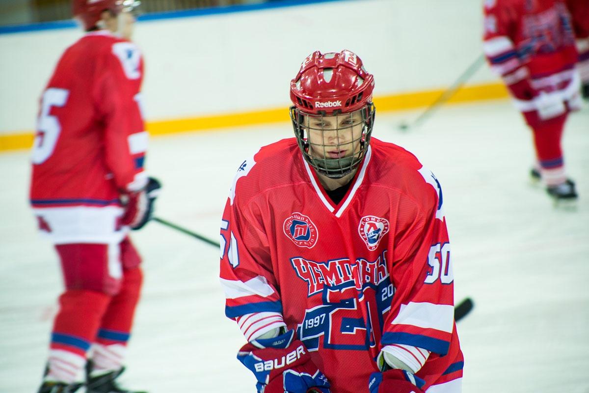 Молодые хоккеисты сражались с ветеранами