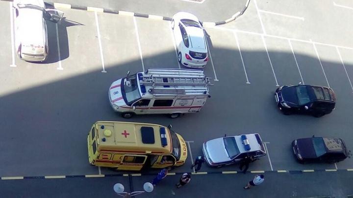 Под окнами тюменской новостройки нашли тело женщины