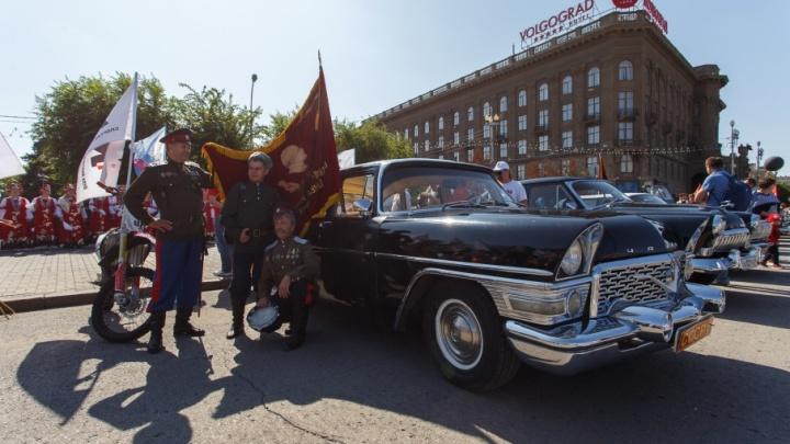 На легендарной «Чайке» и «инвалидке»: волгоградские автомобилисты вышли на ретропарад