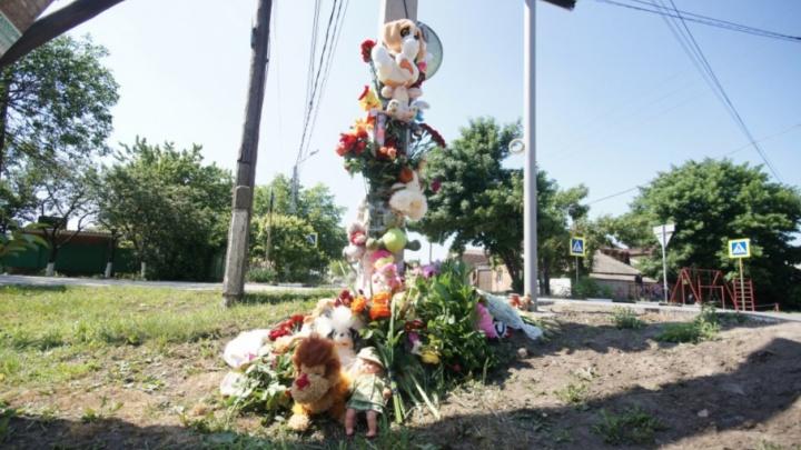 Батайчане несут цветы и игрушки к месту, где погибла первоклассница