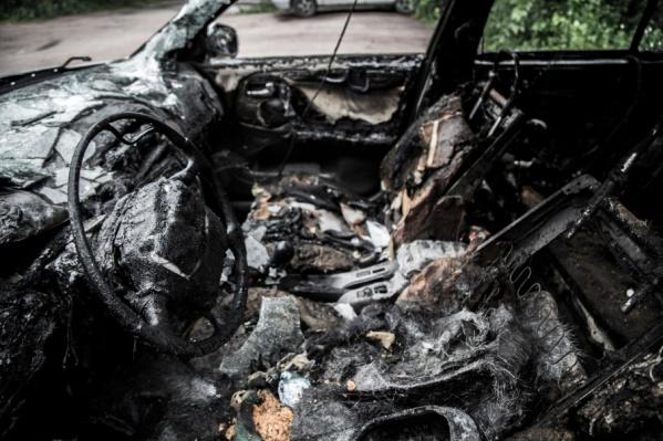 Огонь охватил сразу четыре автомобиля