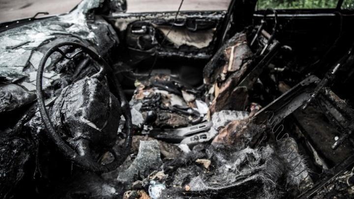Ночной пожар на юге Волгограда уничтожил четыре машины