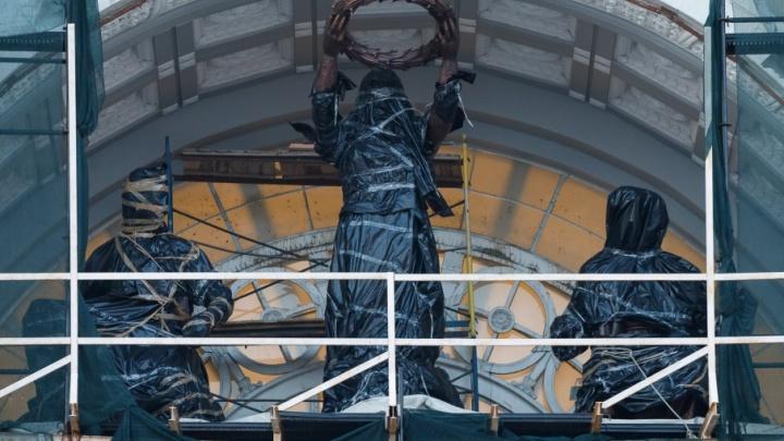В Волгограде героев «Апофеоза труда» прячут под черной маской