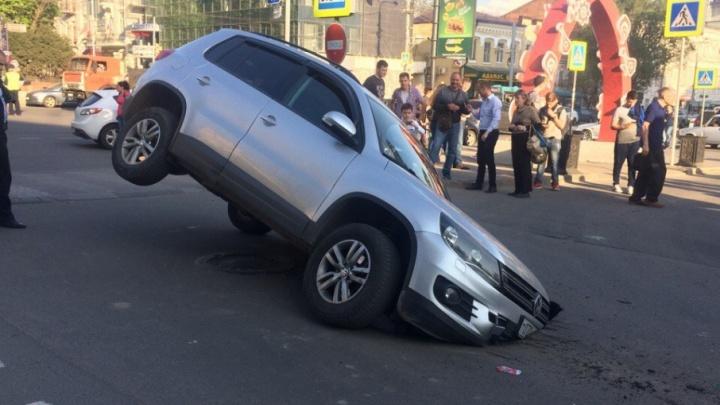 Житель Санкт-Петербурга на иномарке провалился в яму в центре Ростова