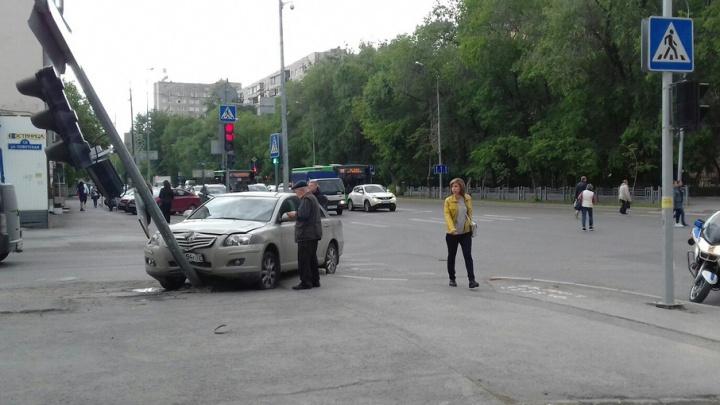 Пострадавший из-за нерадивого автолюбителя светофор в центре Тюмени привели в порядок