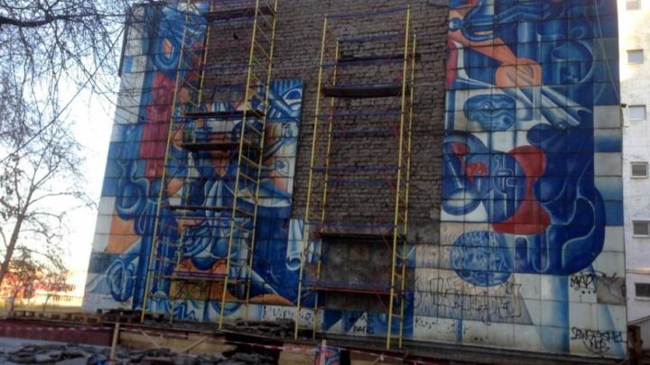 Со здания в центре Перми начали демонтаж панно «Наука», но власти решили его остановить