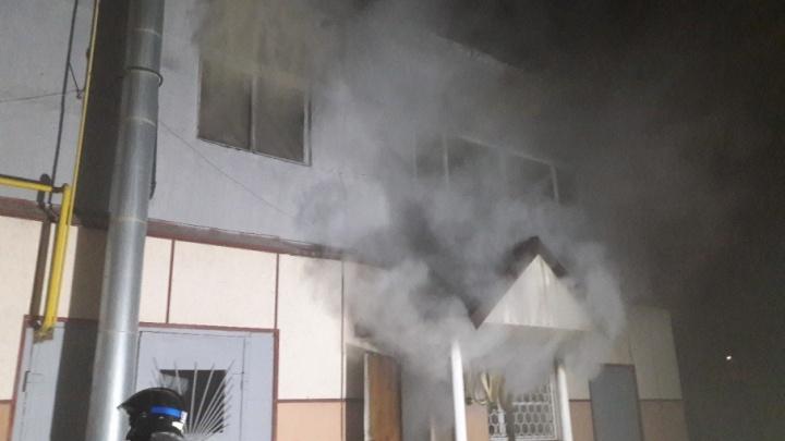 На улице 30 лет Победы ночью сгорел двухэтажный автосервис