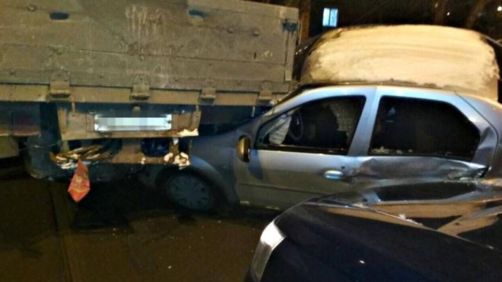В Самаре грузовик без водителя врезался в трамвай и подмял под себя две легковушки