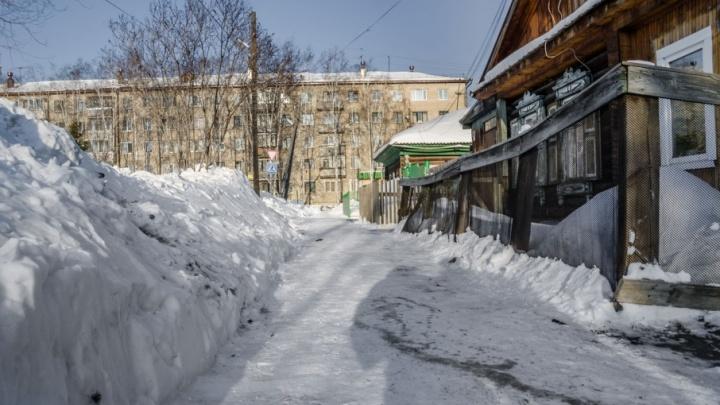 Качели не видно из-под снега, машины застревают во дворах, строительные леса рушатся от тяжести: как Тюмень утонула в сугробах