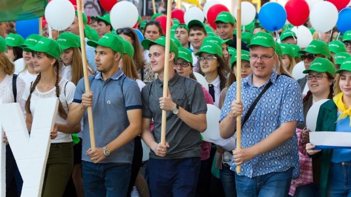 «Дорогу молодым»: пять тысяч студентов прошлись по Кировке