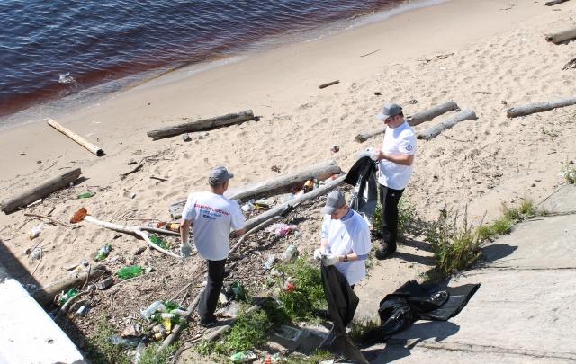 Активисты ОНФ убрали мусорную свалку на морском-речном вокзале в Архангельске