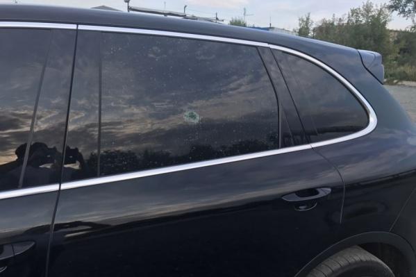 Пуля насквозь пробила стекло автомобиля
