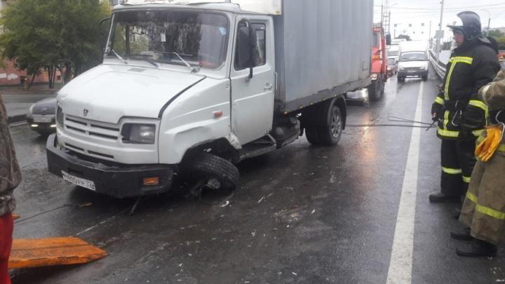 Утренний затор на мосту Пермякова образовался из-за фургона, у которого оторвало колесо
