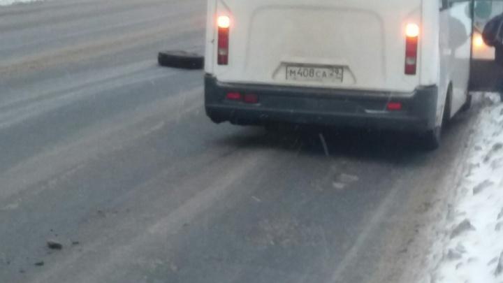 В центре Архангельска у автобуса на ходу отвалилось колесо
