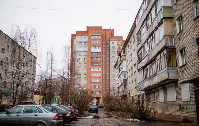 Битые стекла и дождь в квартирах: ярославские власти дали бой очередному управдому