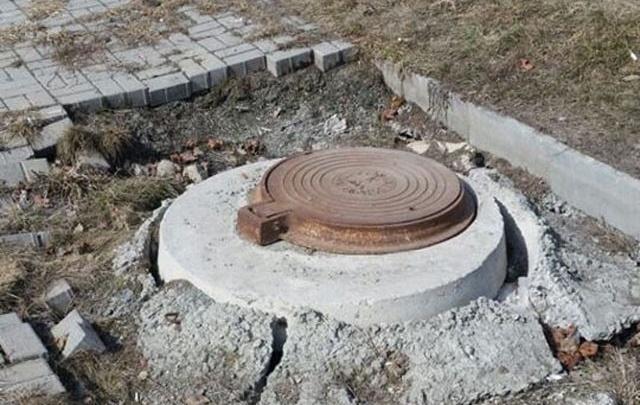 «Они вот-вот провалятся»: жители Тополинки недовольны состоянием люков ливневки
