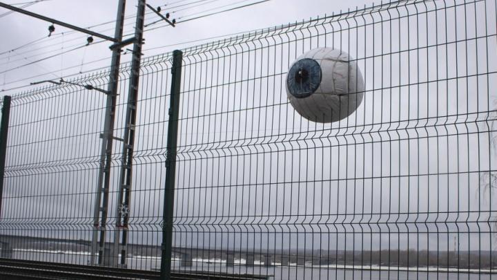 Продержалось сутки. Художник Александр Жунев повесил на забор у пермской набережной яйцо-глаз