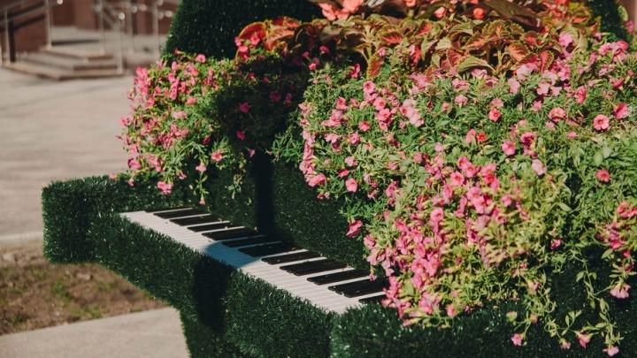 «Счастье», цветочный рояль и трехметровая скамейка: в Тюмени появились новые арт-объекты