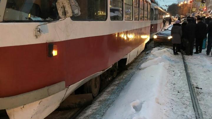 В Самаре на Кирова дорогу не поделили трамвай и «Шевроле Ланос»