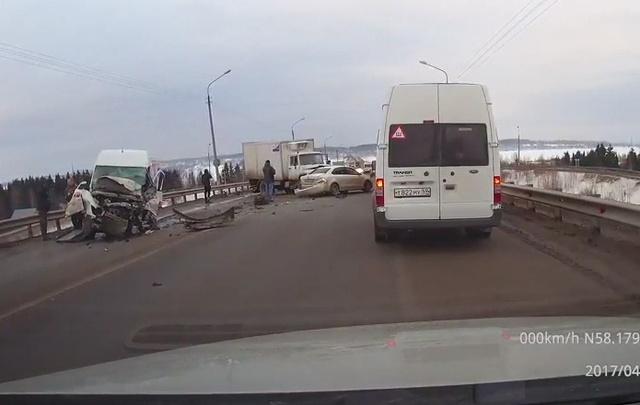 Выехал на встречку и столкнулся с колонной машин: подробности утреннего ДТП на Чусовском мосту