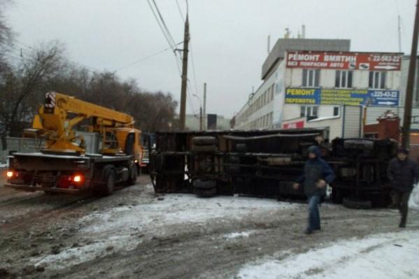 Водитель не смог среагировать на ледяной дороге