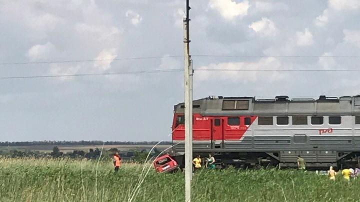 Под Волгоградом красная «четверка» с женщиной за рулем попала под поезд