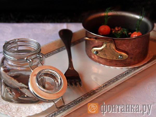 Винегрет. Отварные овощи без соли, присыпка — измельченные маслины. Привычная петербургскому вкусу балтийская сельдь с дымком, по вкусу, как говорят, «тает во рту»