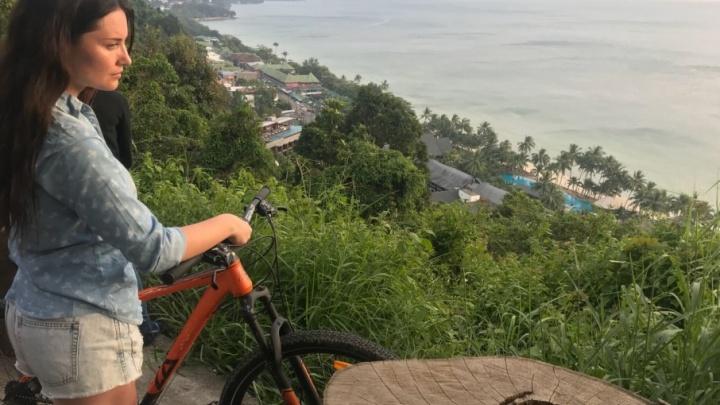 «С трапа — в реанимобиль»: челябинку, впавшую в кому в Таиланде, доставили на родину