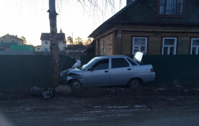 В Ярославской области ВАЗ влетел в забор у жилого дома: есть пострадавшие