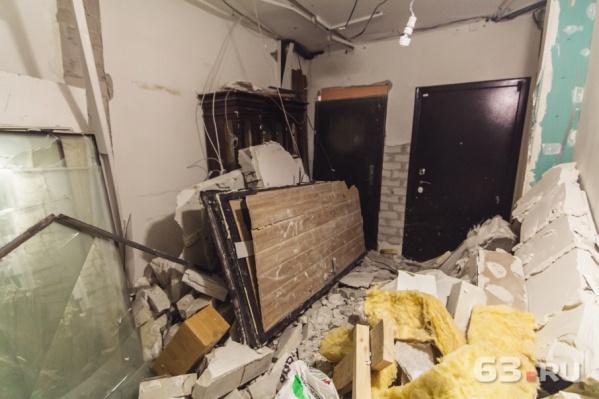 От взрыва в подъезде вынесло двери и межкомнатные перегородки