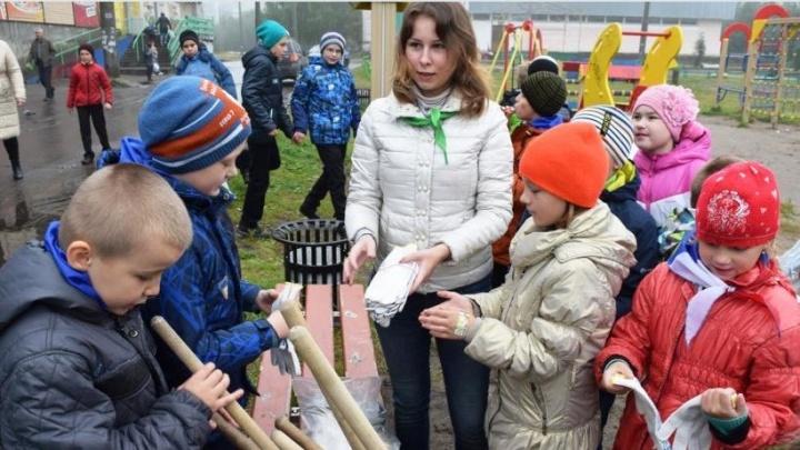 Архангельские «Эколята» очистили от мусора детскую площадку в Маймаксе