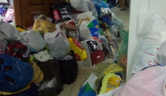 Один из пунктов приема помощи для погорельцев ростовчане завалили пакетами с едой и одеждой