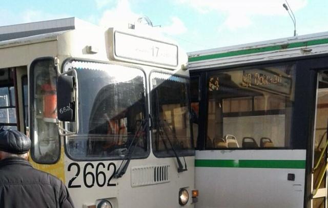 Возле МФЦ на улице Труда автобус врезался в троллейбус