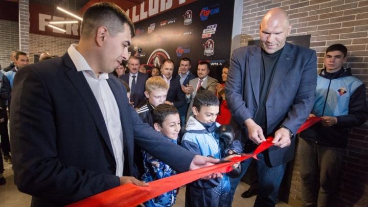 Николай Валуев извинился за ботинки и открыл новый зал ММА в Челябинске