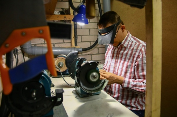 Алексей Солин работает учителем технологии в школе и владеет мастерской по заточке инструментов для салонов красоты