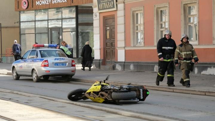 В центре Перми мотоциклист сбил школьницу на перекрестке
