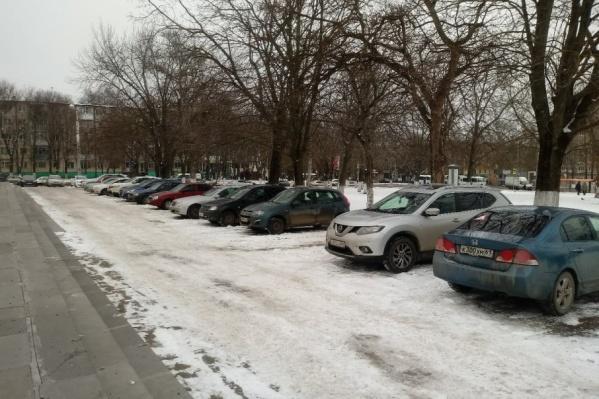Чиновники привыкли ставить свои авто прямо у входа в здание администрации