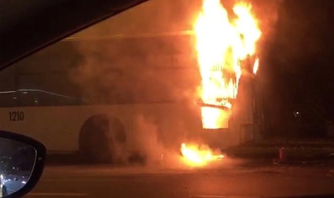 Автобус на Нагибина в Ростове загорелся из-за неисправности двигателя