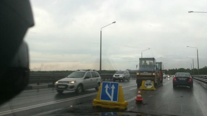 Октябрьский мост перекрыли дорожники: как надолго