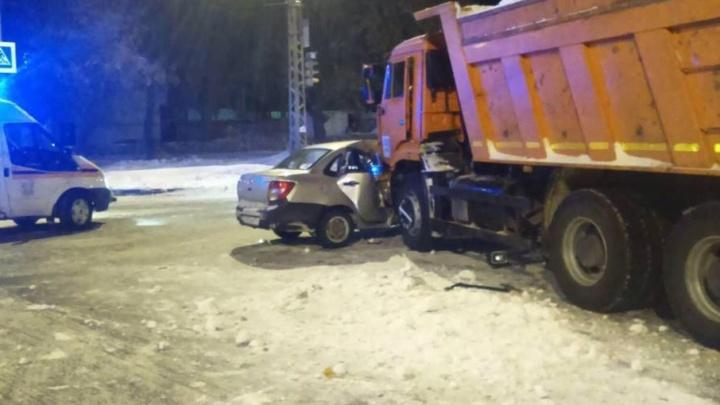 В Тольятти спасатели вырезали пассажира «Гранты» из салона после столкновения с КАМАЗом