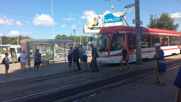 «Дави меня!» – в Самаре неизвестный мужчина перекрыл трамвайное движение