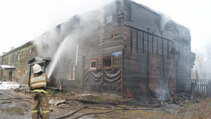 В Коноше поджигатели атаковали деревянные «аварийки»