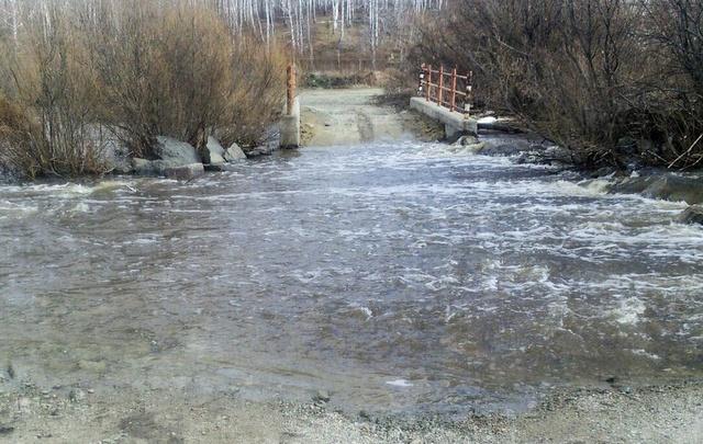 Разлившаяся река отрезала жителей посёлка под Челябинском от работы и школы