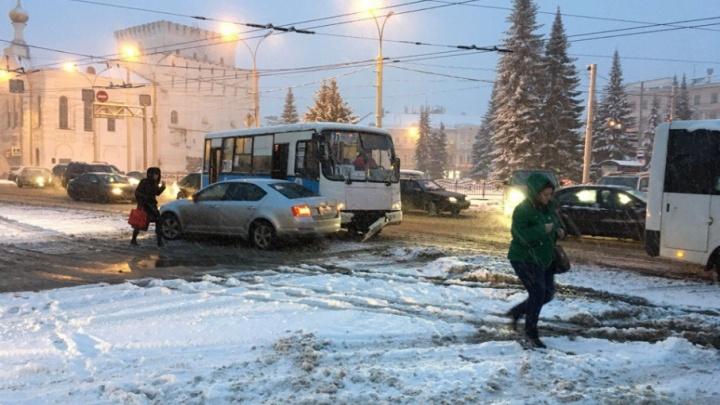 В центре Ярославля маршрутка с пассажирами потеряла бампер в ДТП