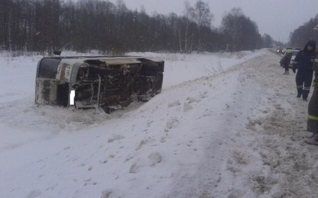 Автобус с пассажирами улетел в кювет под Рыбинском: есть пострадавший